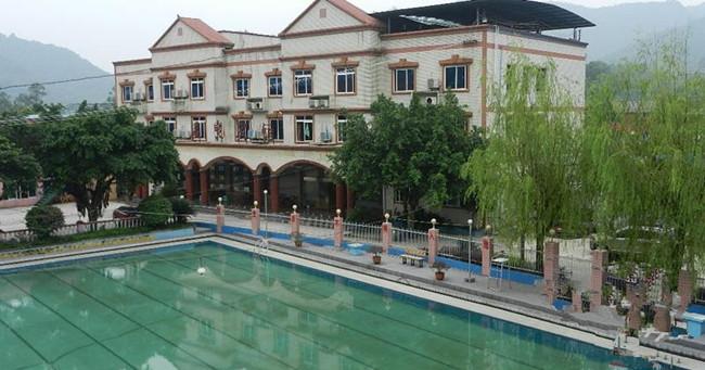 桥口坝温泉泳乐中心位于重庆市巴南区桥口坝川黔公路边,坐落于睡美